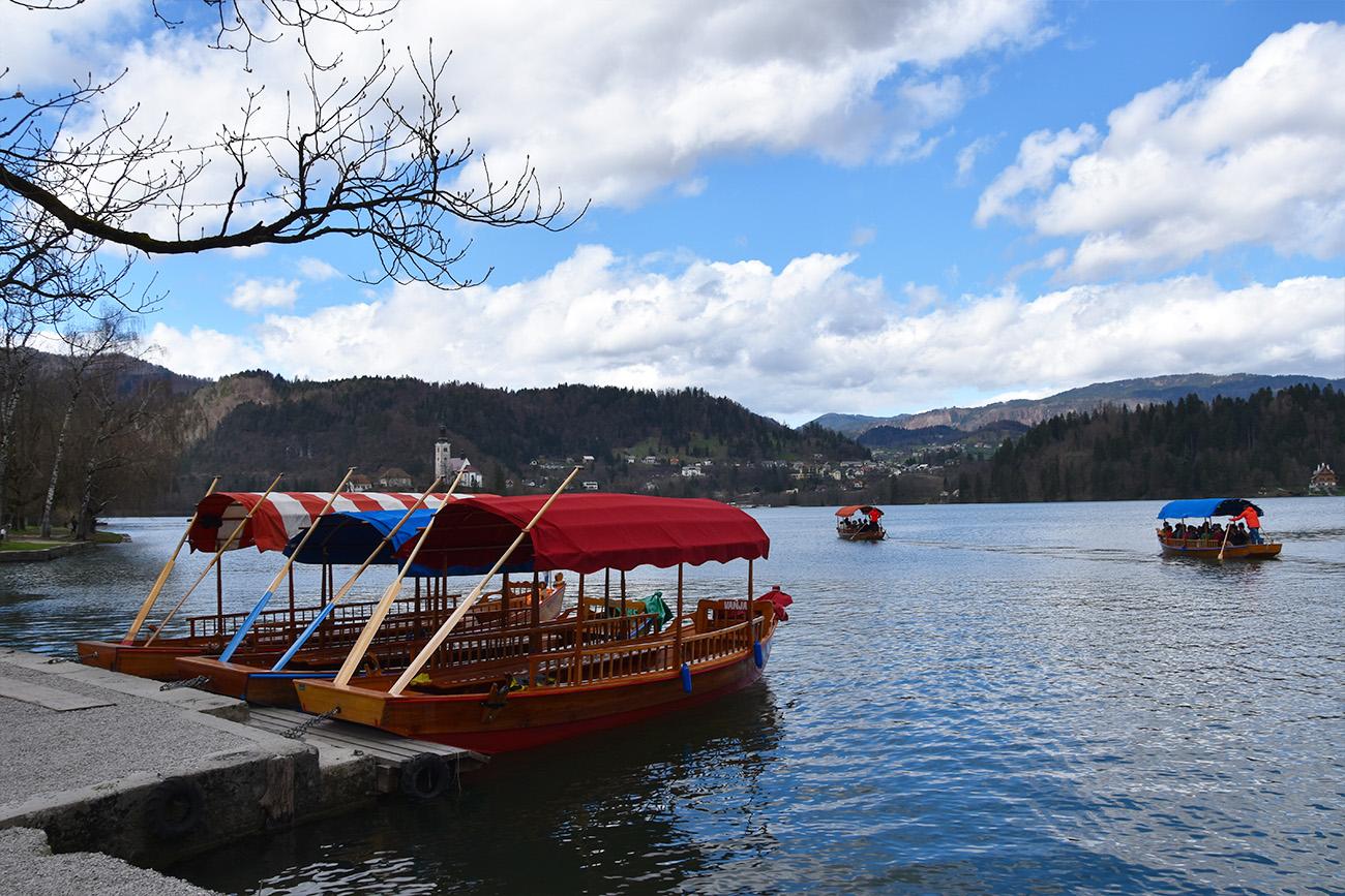 Bootje varen op het meer van Bled in Slovenië